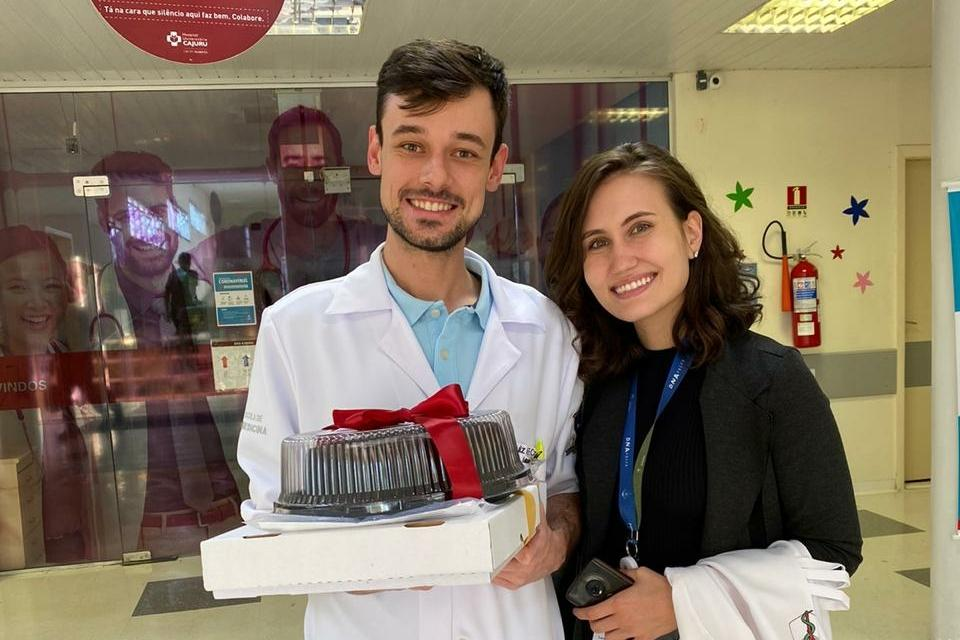 Professora entrega doces a profissionais da saúde de Curitiba